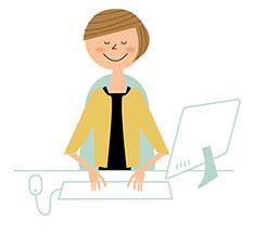 広報の仕事でパソコンを使用する女性